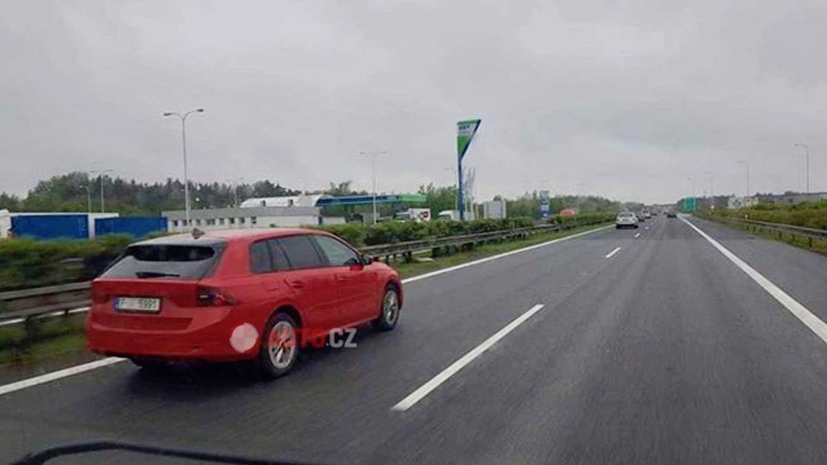 Новую Skoda Octavia сфотографировали почти безкамуфляжа