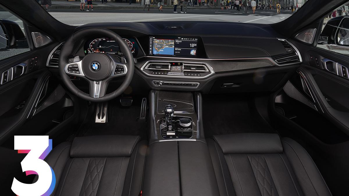Интерьер новинки не отличается от последнего X5, только сиденья с увеличенной боковой поддержкой у X6 уже в базе. Появился Live Cockpit с 12,3-дюймовой цифровой панелью приборов и мультимедийная система BMW OS7.0 с голосовым управлением.Объём багажника со сменой поколения не изменился:складные спинки задних сидений (в пропорции 40:20:40) позволяют увеличить его с 580 до 1525 литров.