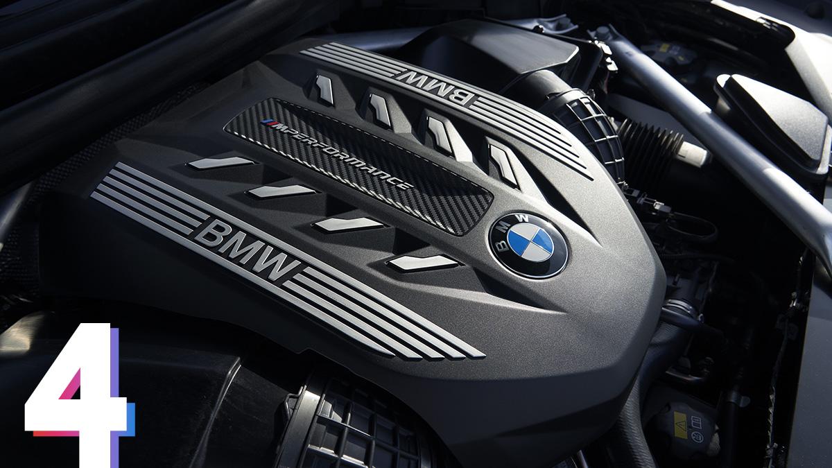 На старте продаж будут доступны четыре двигателя. Дизельные модификации представлены 265-сильным трёхлитровым мотором с двумя турбинами в версииxDrive30d и 400-сильным того же рабочего объёма с четырьмя турбинами (M50d). Бензиновые агрегаты – «турбошестёрка» 3.0 мощностью 340л.с. (xDrive40i) и 530-сильный 4,4-литровый V8 с двумя турбинами (M50i), представленный на фотографии. BMW X6 M50i разгоняется до 100 км/ч за 4,3секунды – на 0,1секунды медленнее 575-сильного X6M второго поколения. Все двигатели сочетаются с восьмиступенчатым «автоматом» и полным приводом.