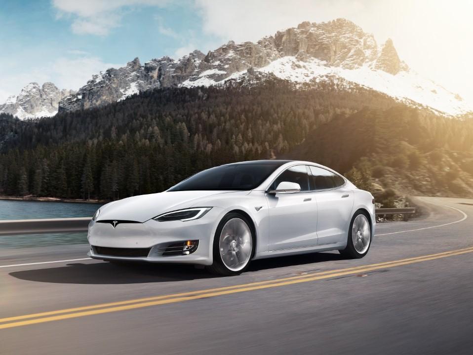 Женщина попыталась убежать от полицейских на Tesla, но у машины села батарея
