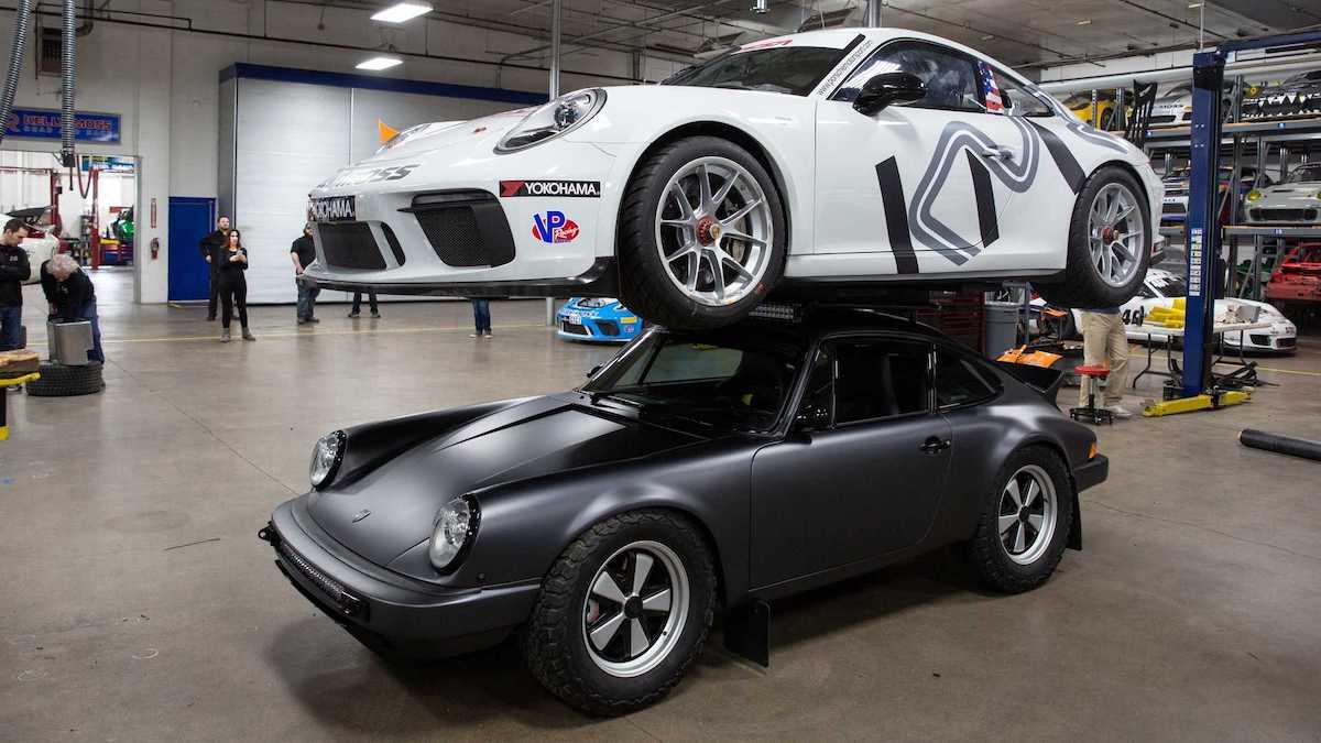 Для проверки прочности одного Porsche сверху поставили другой Porsche