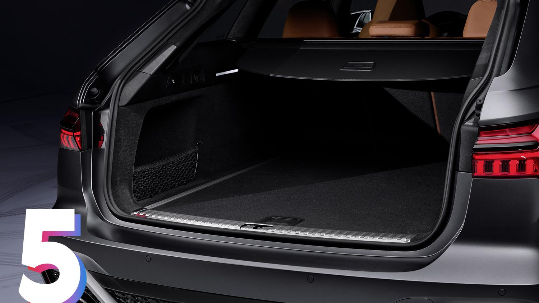 Багажник Audi RS6 Avant не отличается от гражданских универсалов A6: в него помещается от 565 до 1680 литров груза. Пятая дверь – с электроприводом.
