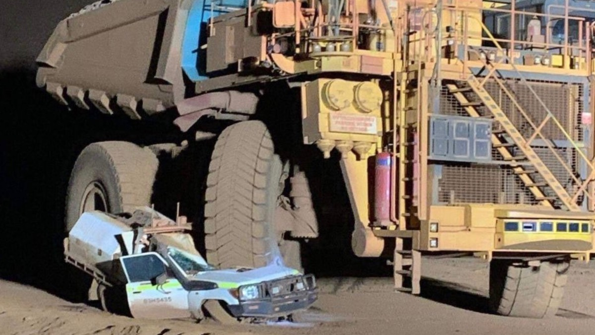 Австралиец случайно раздавил свой Land Cruiser карьерным самосвалом