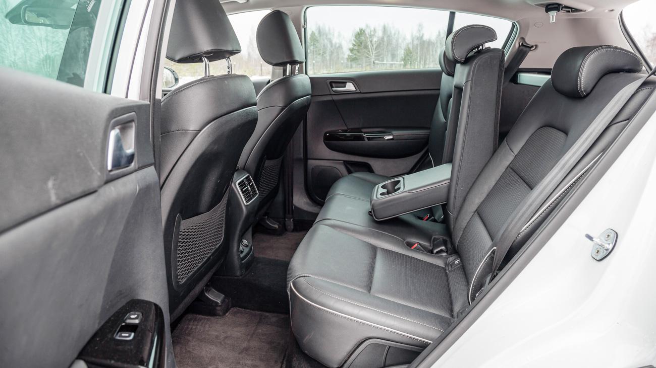 Спинки задних сидений Kia Sportage во всех комплектациях регулируются по углу наклона. Но продольной регулировки дивана, как у Тигуана, нет