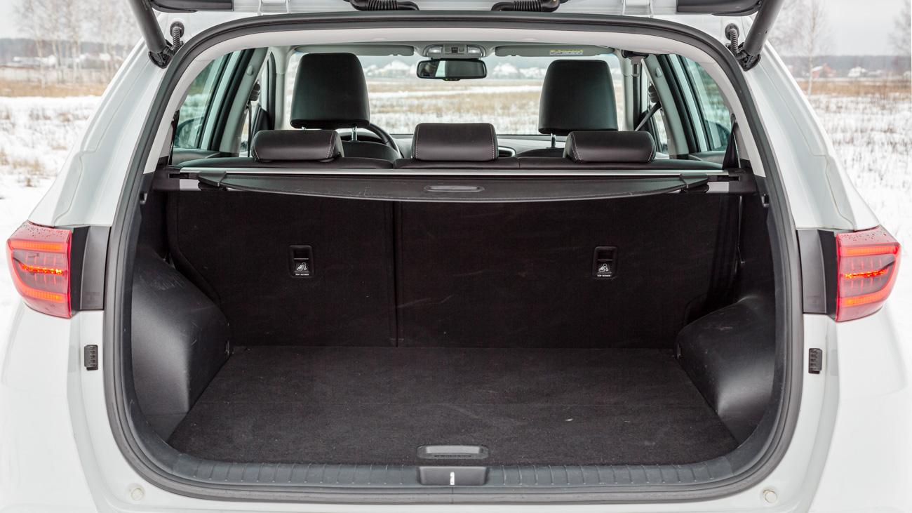 Багажник не вызывает ровным счётом никаких восторгов. Объём зависит от типа запаски: у автомобилей с докаткой он составляет 491 литр, а у машин с полноразмерным колесом, как у нас на тесте, — 461 литр. Последнее, естественно, будет лишь у топовых модификаций