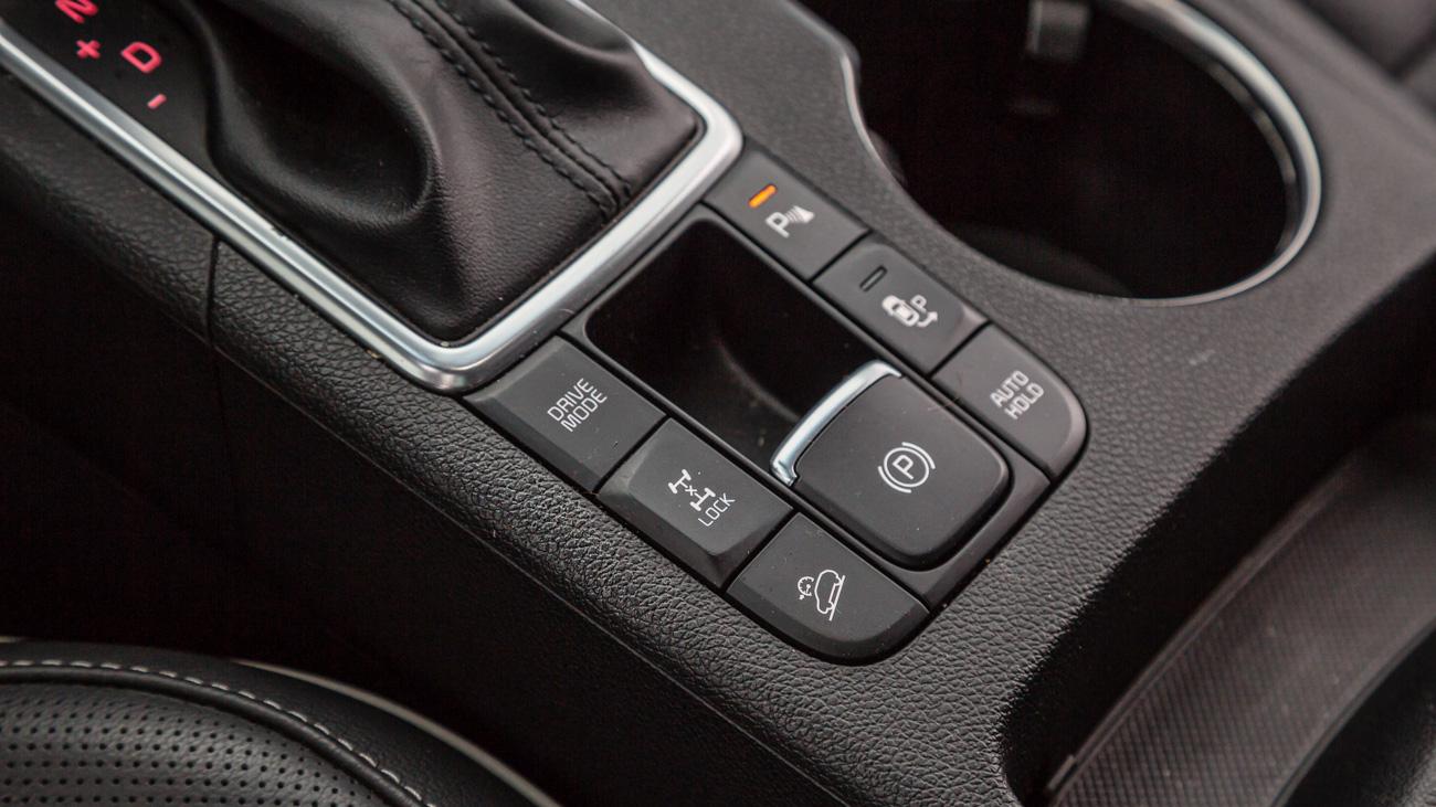 Полный привод тоже перекочевал на Sportage с предшественника. Он реализован при помощи многодисковой муфты Magna в приводе задних колёс. Её можно принудительно заблокировать на скорости до 30 километров в час