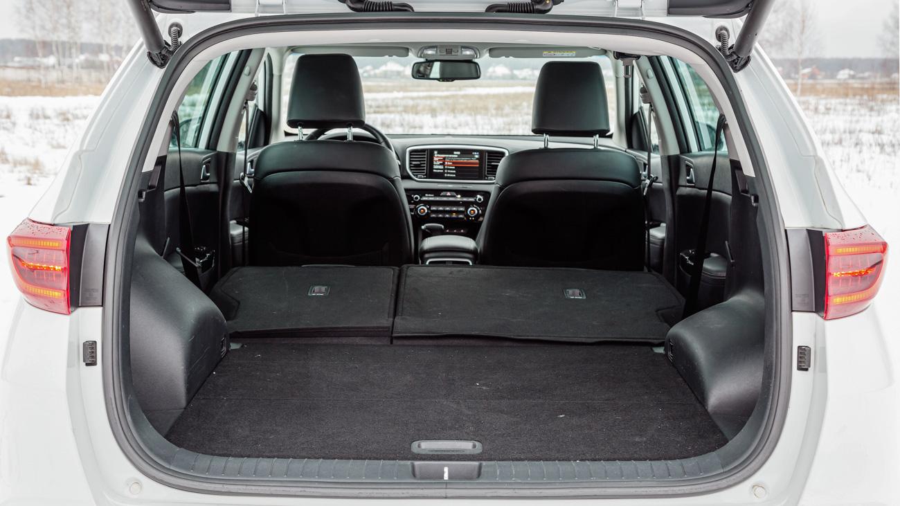 Максимальный объём багажника со сложенными спинками сидений второго ряда — 1455 литров. Пол — почти ровный. Однако сложить спинки из багажника нереально: они опускаются рычагами на торцах подушки дивана. Теми же, что отвечают за регулировку наклона