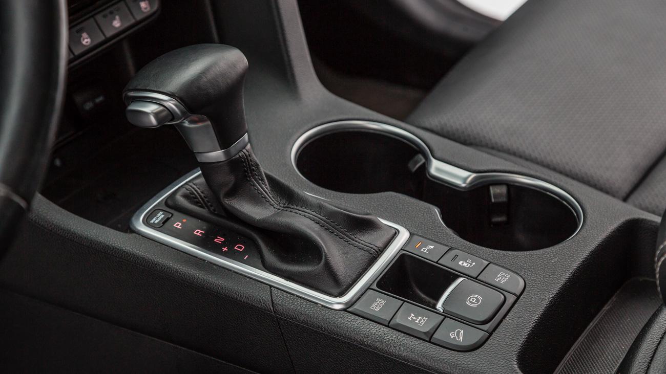 Сейчас кроссовер Kia предлагается со 150-сильным мотором 2.0 и 184-сильным 2.4. Первый уживается как с шестиступенчатой «механикой», так и с шестиступенчатым «автоматом». Он ставится и на передне-, и на полноприводные машины. Топовый агрегат можно встретить только на полноприводных двухпедальных автомобилях