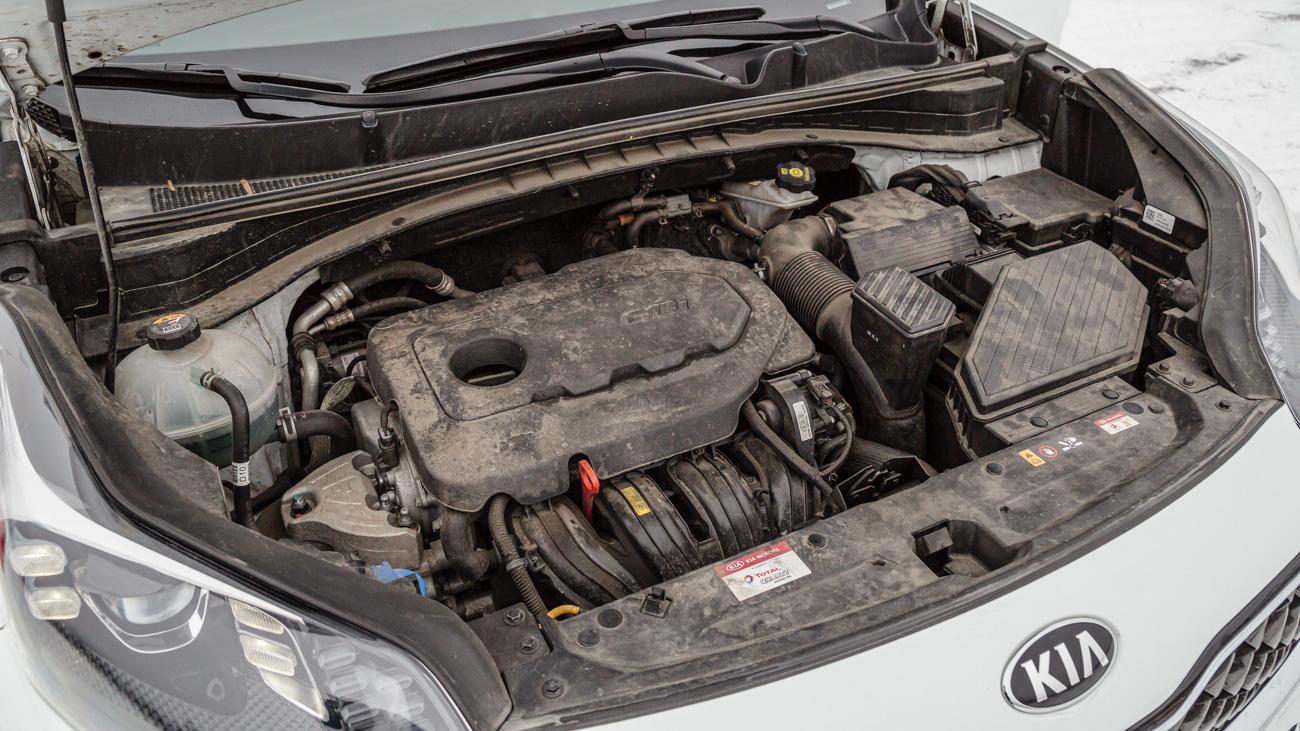 Изначально моторная гамма кроссовера состояла из пары бензиновых агрегатов — атмосферника 2.0 и турбированного 1.6 — а также двухлитрового дизеля на 185 сил. Однако наддувный мотор спросом не пользовался, поэтому при рестайлинге его заменили атмосферным 2.4, а дизель из гаммы вообще убрали: такие машины стоили неприлично дорого. Хотя сам двигатель отличный и до сих пор ставится на соплатформенный Hyundai Tucson
