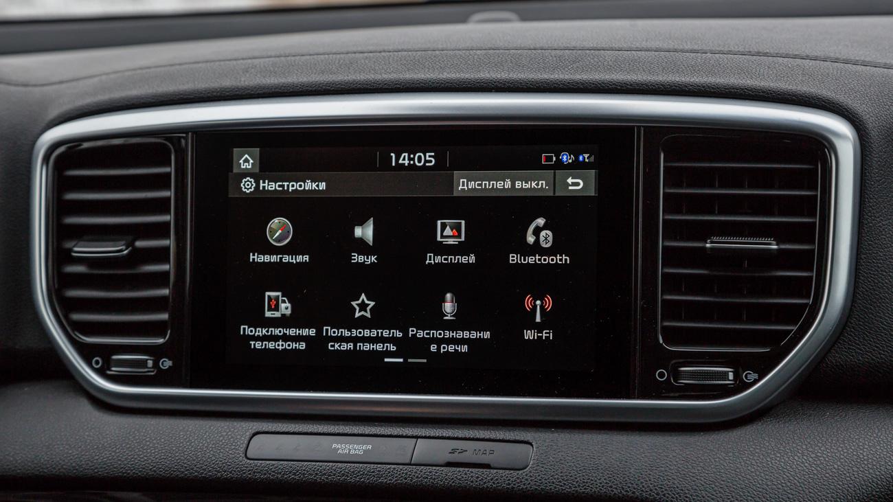 Мультимедийка старая, но не бесполезная. Диагональ экрана — 8 дюймов, чувствительность и быстродействие — отличные. Так же, как и функционал: есть навигация с данными об ограничениях скорости, Apple CarPlay и Android Auto. С января развлекательные системы Sportage прокачали, добавив в них голосового помощника Алису и Яндекс.Навигатор, но на тестовом автомобиле их ещё не было