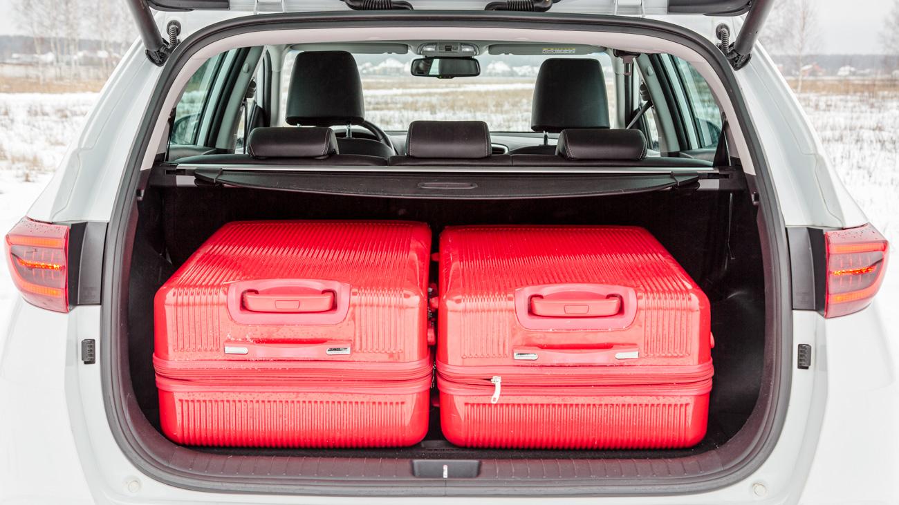 Несмотря на скромные размеры, грузовой отсек кроссовера без проблем вмещает два больших чемодана, вокруг которых остаётся ещё пространство для мелочёвки. Проще говоря, с бытовыми обязанностями Sportage справится не хуже RAV4, багажник у которого значительно больше – 580 литров