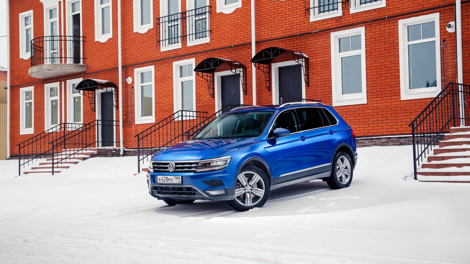 Volkswagen TiguanНе считаться с лидером класса невозможно. У Тигуана одна из богатейших в сегменте моторных гамм, хотя она состоит только из «любимых» россиянами турбомоторов. Но, глядя на показатели продаж, кавычки, кажется, можно уже и убрать. Кроссовер VW — самый динамичный и самый азартный в классе, у него большой багажник и отличное оснащение. Разве что он не самый дешёвый: цены начинаются с 1619000 рублей