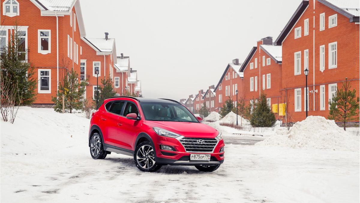 Hyundai TucsonДвойник Спортейджа продаётся в России с теми же бензиновыми двигателями. Однако для Tucson на нашем рынке предлагается ещё и 185-сильный дизель! Тот самый, который для Kia более недоступен. И цены на Tucson с мотором на «тяжёлом топливе» очень приятные: от 1 949 000 рублей за неплохо упакованную машину. Самый простой Туссан с бензиновым двигателем стоит 1564000 рублей