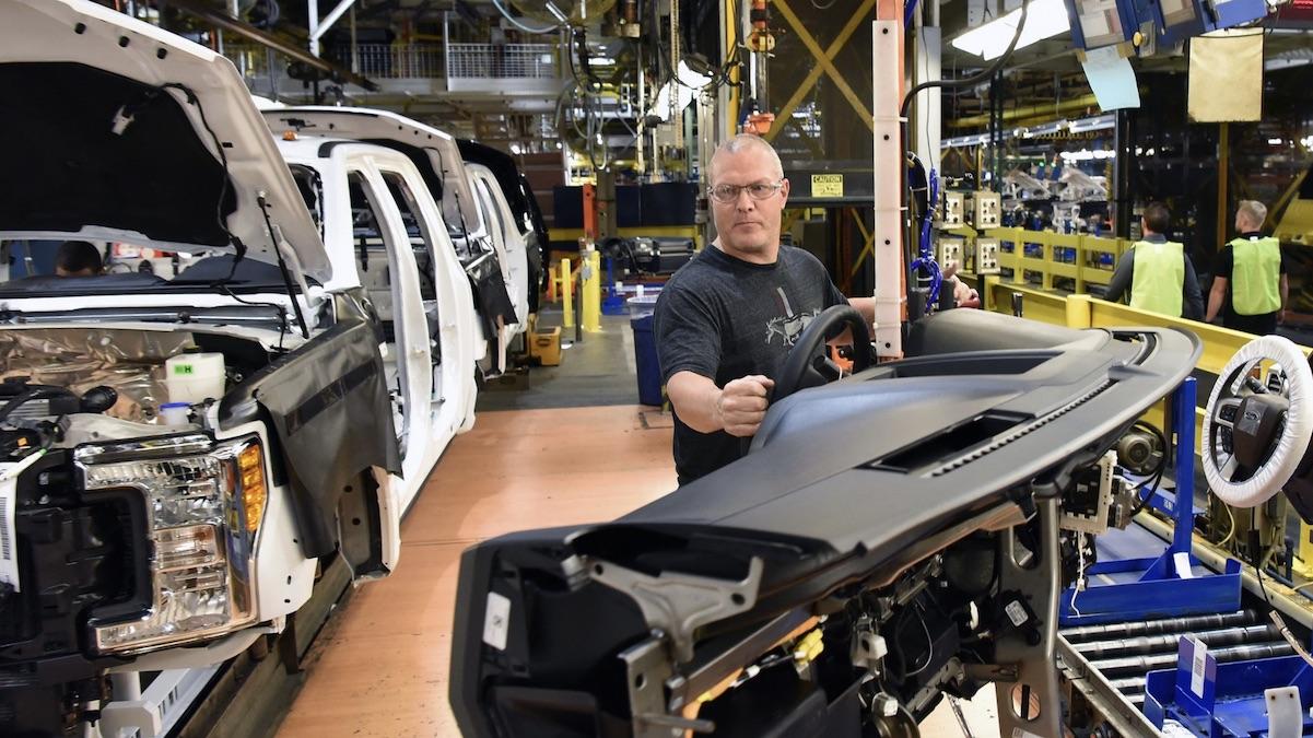 Ford создал браслеты, чтобы рабочие неподходили друг кдругу