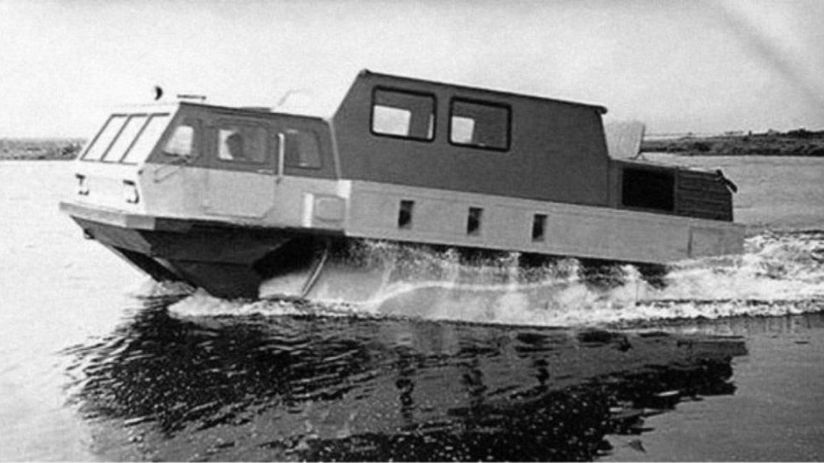 В 1972 году был выпущен шнекоход-гигант ЗИЛ-4904, он же ПЭУ-3 (на фото). Длина каждого шнека составляла шесть метров, в движение они приводились двумя 180-сильными двигателями ЗИЛ-375. Модель обладала семью тоннами массы и могла взять на борт до 2,5 тонны груза. Был также спроектирован пассажирский вариант на 8 человек. Применения громадная машина так и не нашла, но послужила опытом для создания компактного шнекохода ЗИЛ-2906 и его доработанного варианта ЗИЛ-29061, который и вошёл в комплекс «Синяя птица»