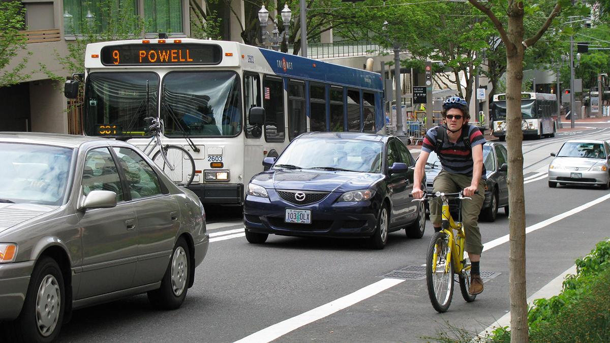 Из-за пандемии велосипеды стали популярнее, а общественный транспорт — нет. Исследование CityLab