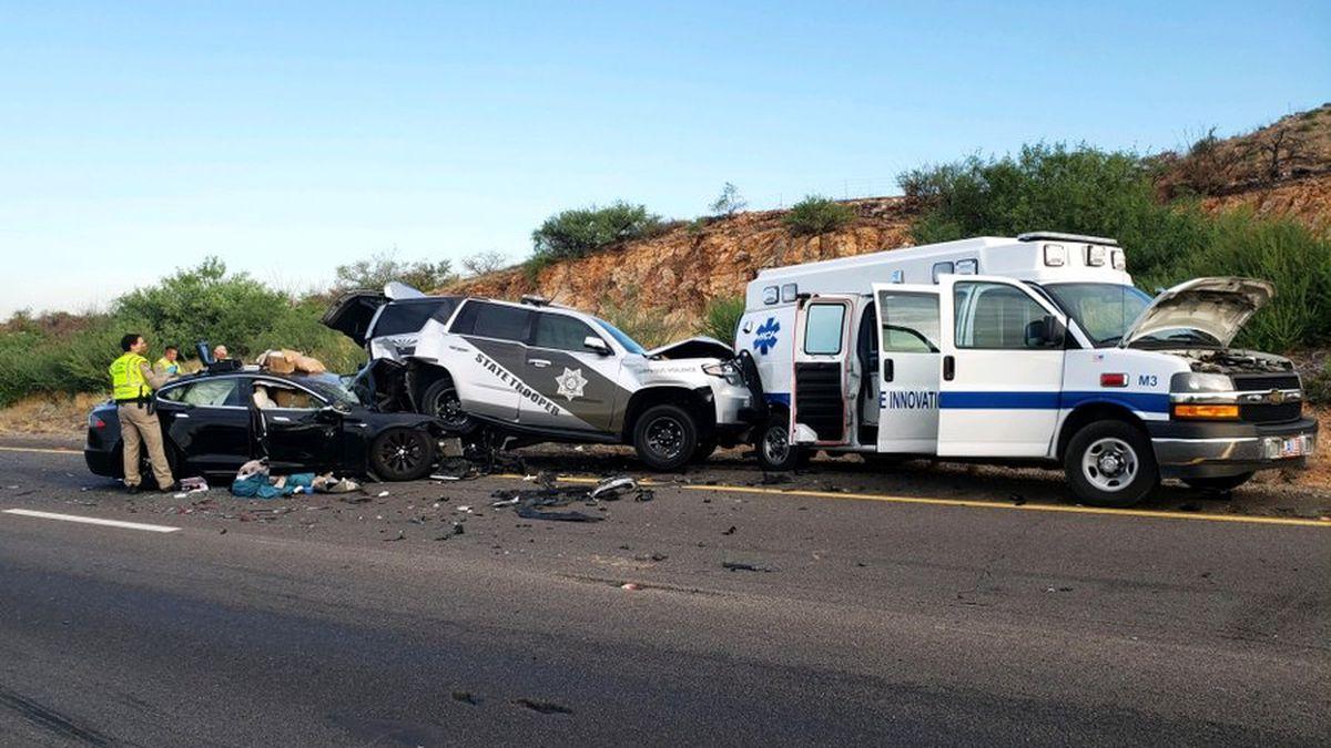 Tesla на автопилоте снова попала в аварию