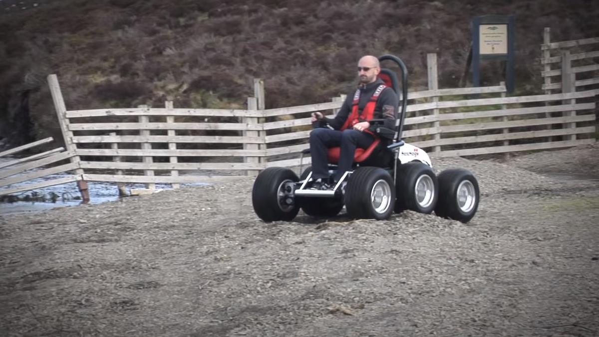 Посмотрите на необычное шестиколёсное кресло для путешествий по бездорожью