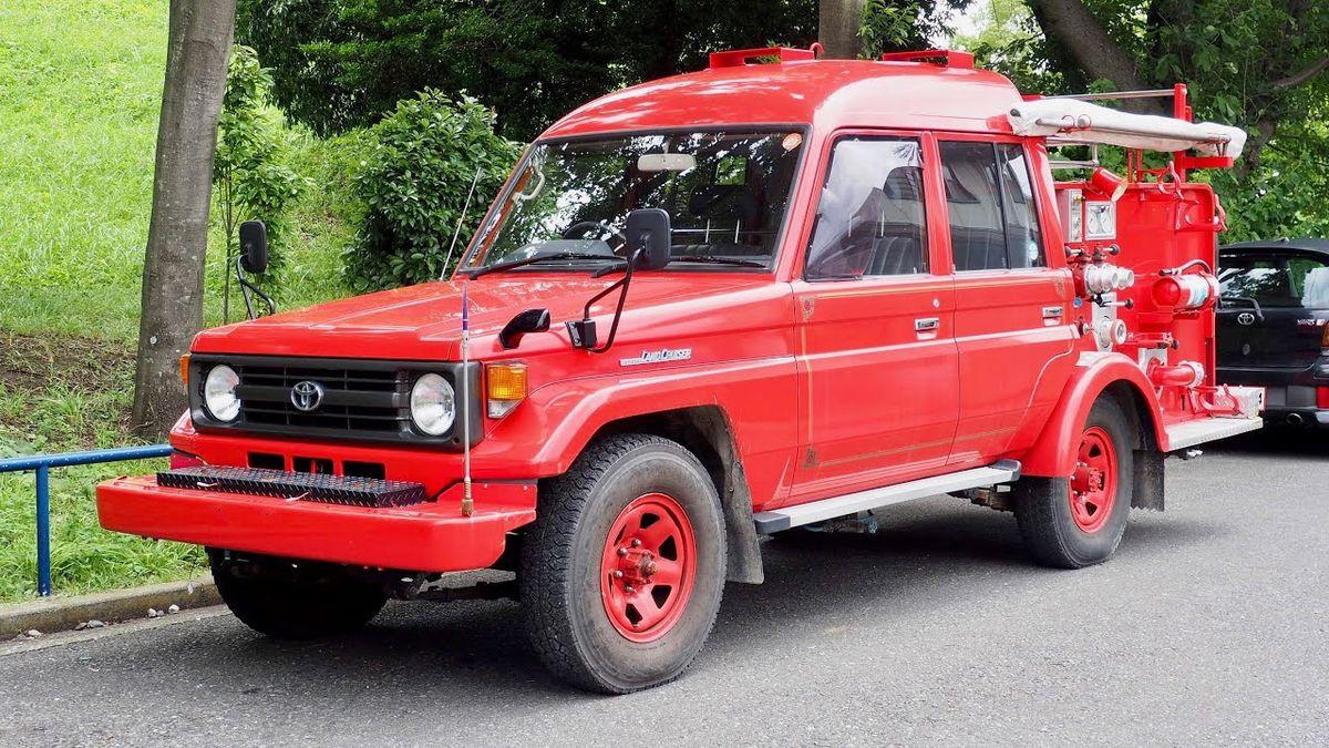 Это — пожарный Toyota Land Cruiser 70, который 25 лет работал в Японии, а потом уехал в США