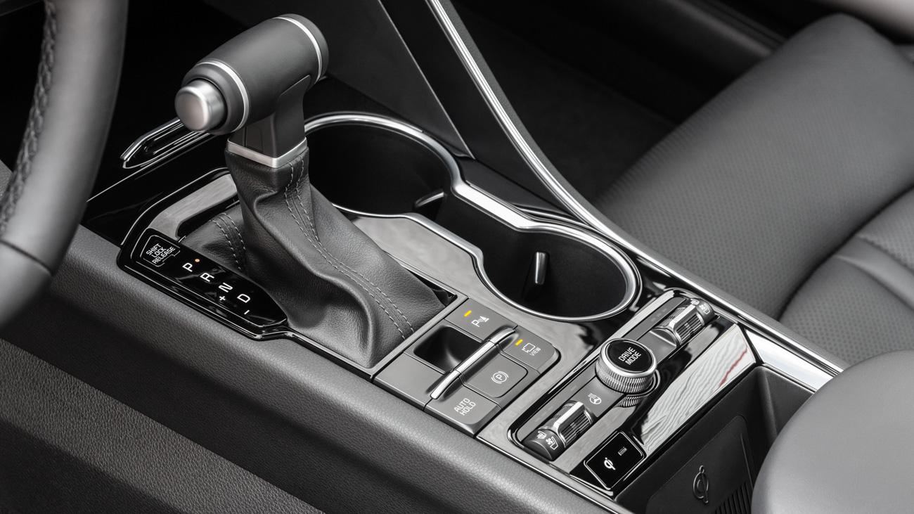 Селектор 8-ступенчатой автоматической коробки передач у российских седанов — традиционный механический, а не электронная шайба, как на K5 для других рынков. Почему? В ответ на этот вопрос сотрудники Kia лишь загадочно улыбаются