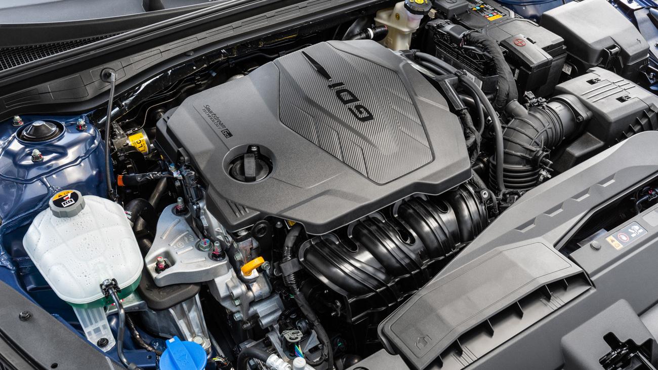 Новый двигатель 2.5 с комбинированным впрыском лучше заправлять 95-м бензином, а 92-й можно использовать лишь в качестве резервного варианта. Двухлитровый агрегат по-прежнему ездит на 92-м