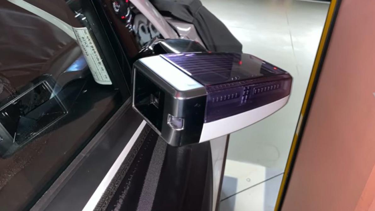 Электрокроссовер Hyundai поймали на парковке. У него камеры вместо зеркал