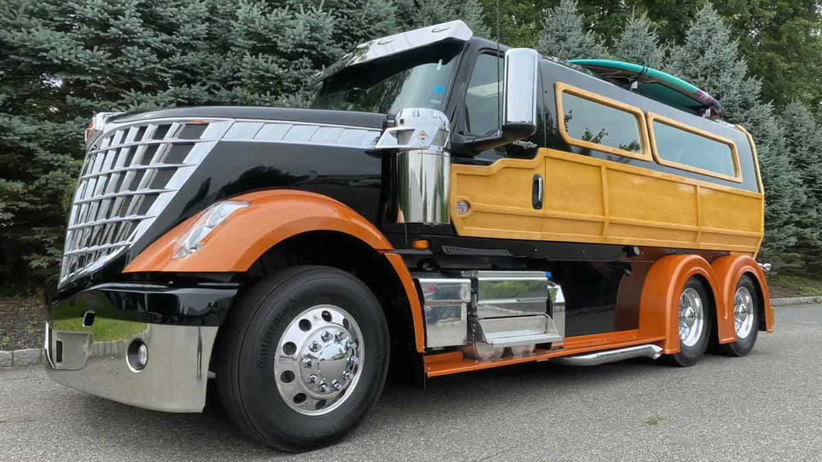 Уникальный фургон Woody на базе тягача International Lonestar продают за 28 млн рублей