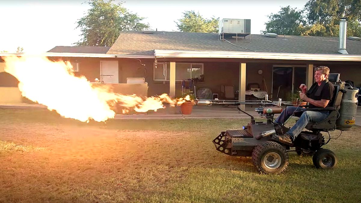 Самоходный огнемёт — простейшая самоделка из гольф-кара и газонокосилки