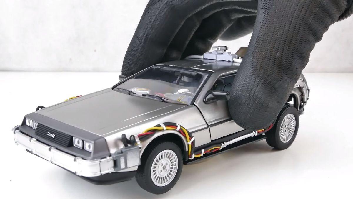 Посмотрите на невероятно скрупулёзное восстановление игрушечного DeLorean