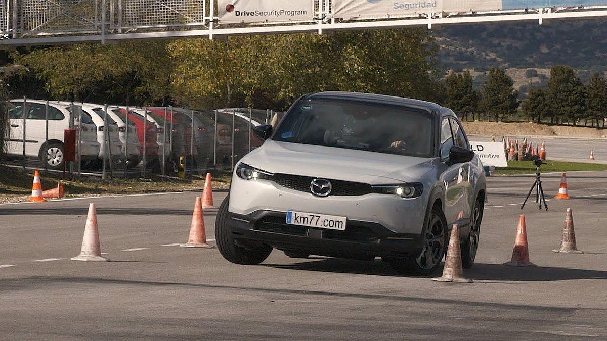 Первый электрокроссовер Mazda проверили «лосиным тестом». Видео