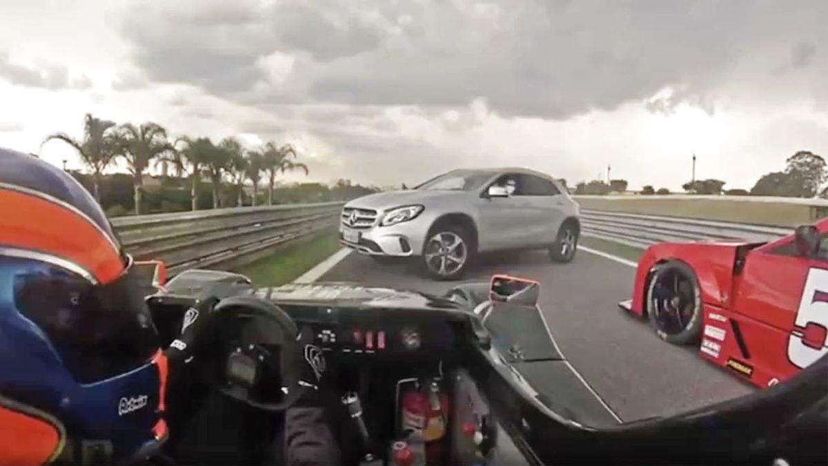 Заблудившийся Мерседес чуть не устроил аварию на гоночной трассе. Видео