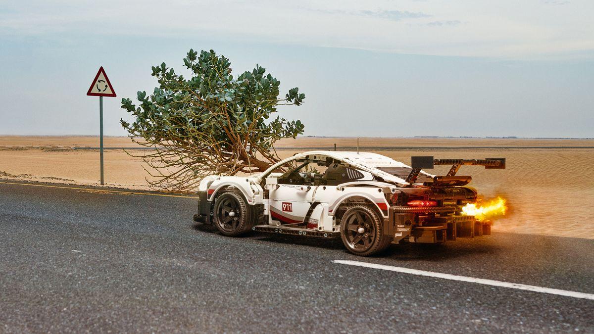 Фотограф «запечатлел» полноразмерный Porsche 911 RSR из Lego на дорогах Дубая
