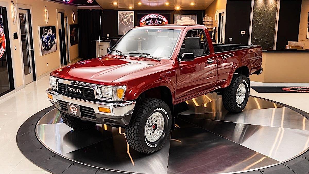 30-летний пикап Toyota оценили дороже нового Land Cruiser Prado