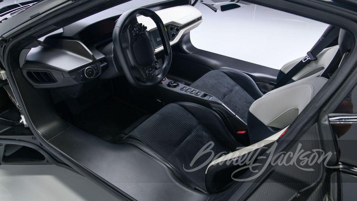 На продажу выставлен Ford GT в комплекте с наручными часами и специальным трейлером