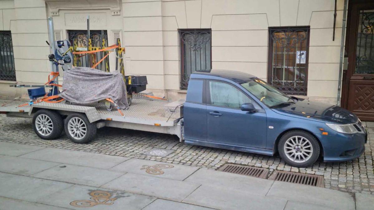 Saab 9-3 превратили в трёхосный «грузовик», отрезав половину кузова. Видео