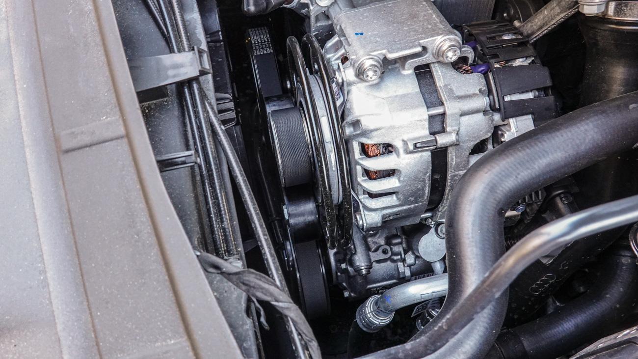 Стартер-генератор легко узнаётся по системе роликов, натягивающих приводной ремень