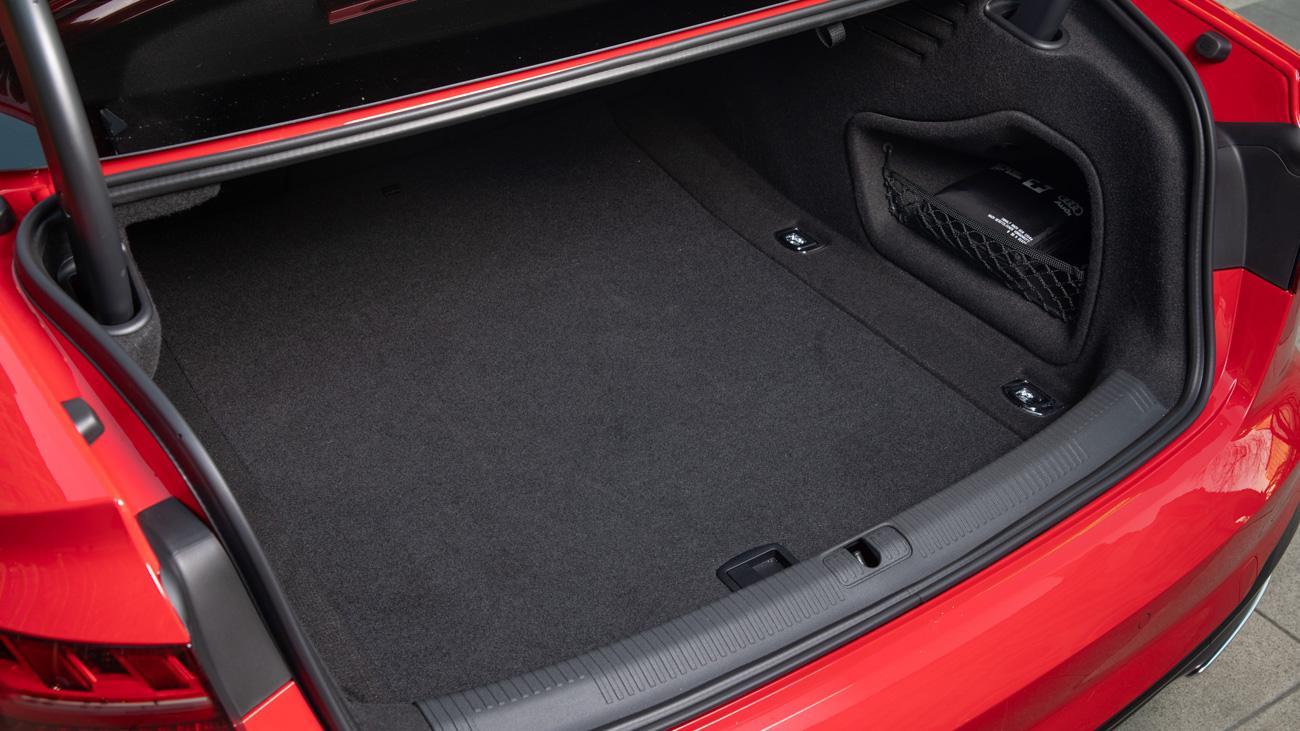 Седан имеет багажник объёмом 460 литров, A4 Avant – 495 литров, которые при складывании спинок увеличиваются до 1495 литров. Под полом – докатка