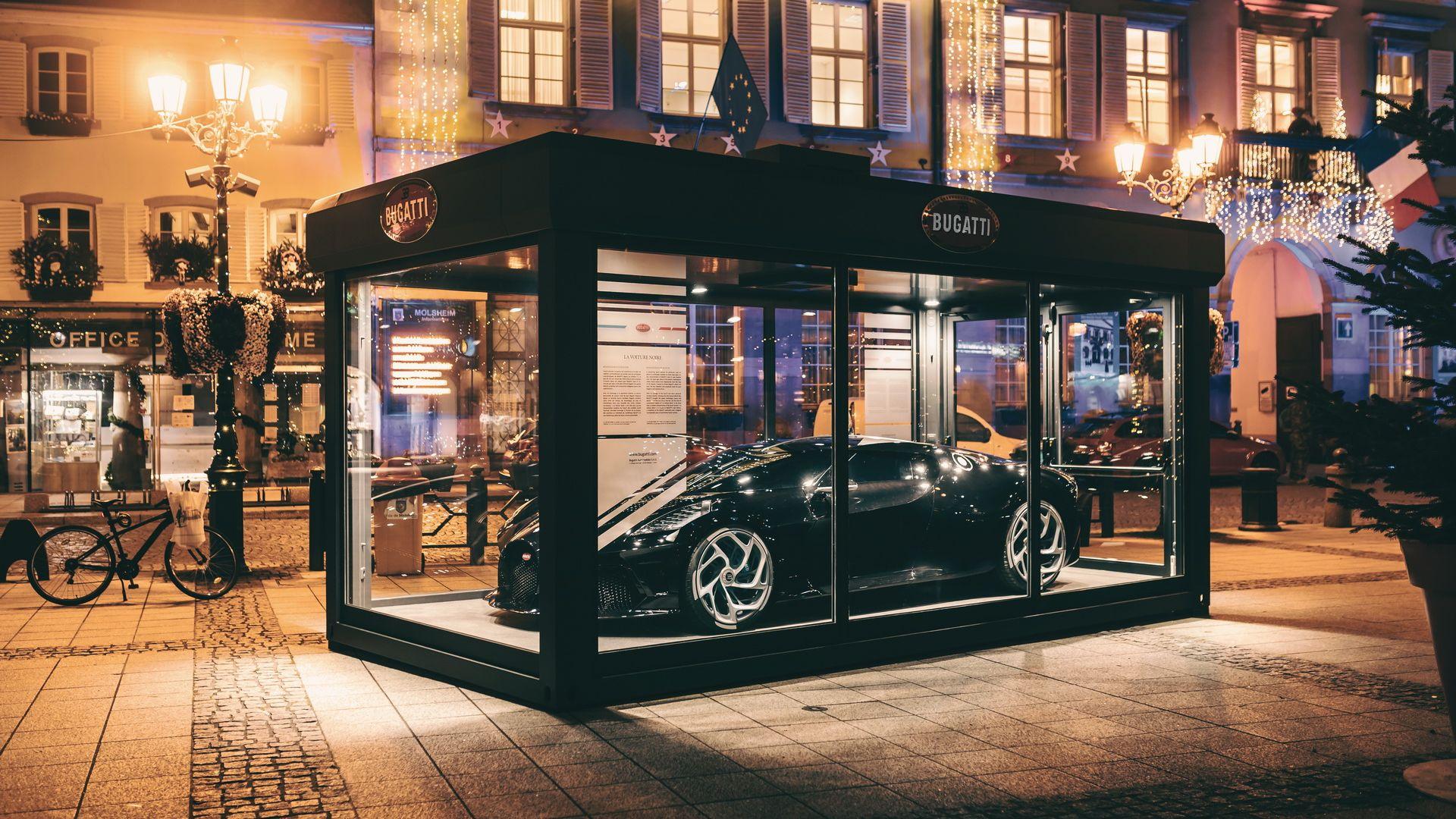 Самая дорогая декорация на Рождество: стеклянный куб с Bugatti за 11 млн евро внутри