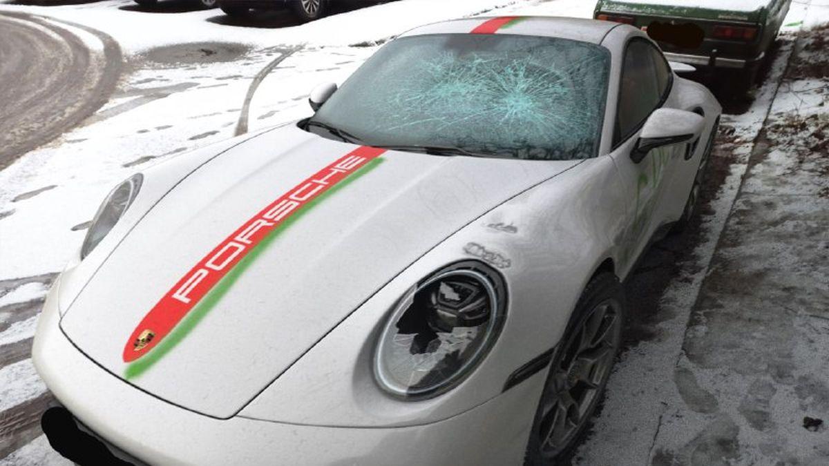 В Минске разбили 911 Turbo S из-за «протестной» символики. Но это были «спортивные» наклейки
