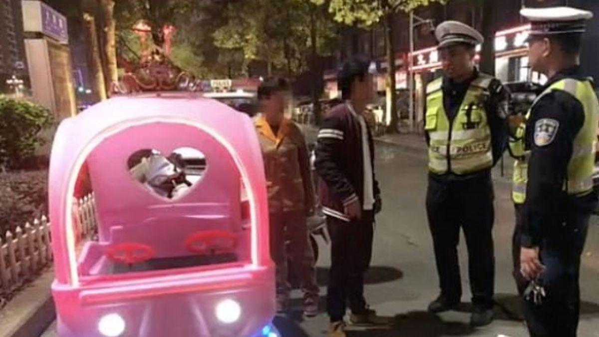 Этот ролик стал вирусным в Китае: задержание женщины на игрушечном автомобиле