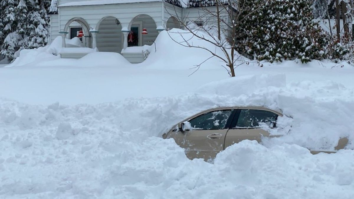 Водитель провёл 10 часов под снежным завалом и выжил