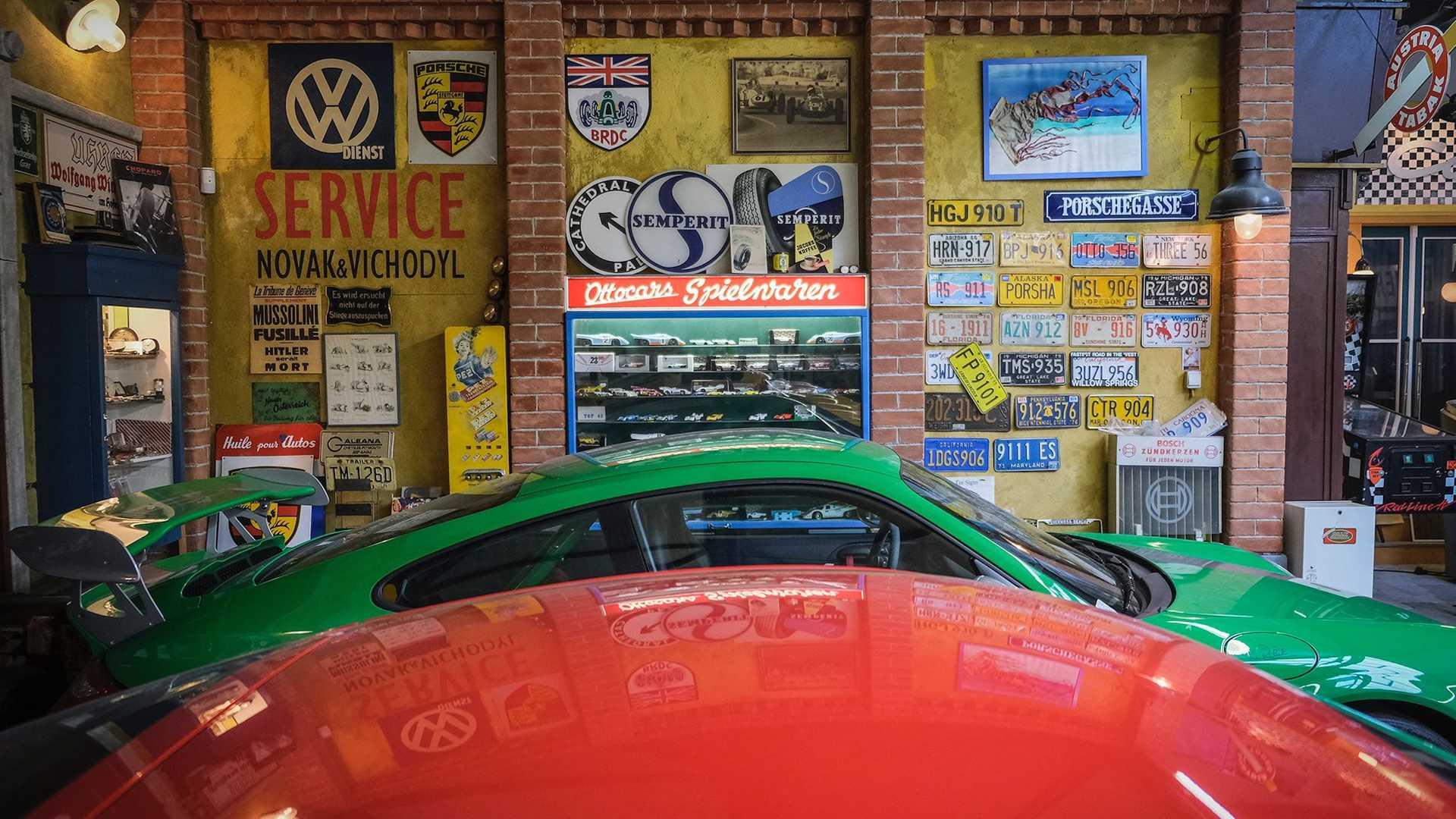 80-летний пенсионер купил 80-й Porsche в своей жизни. Этими машинами забит весь гараж