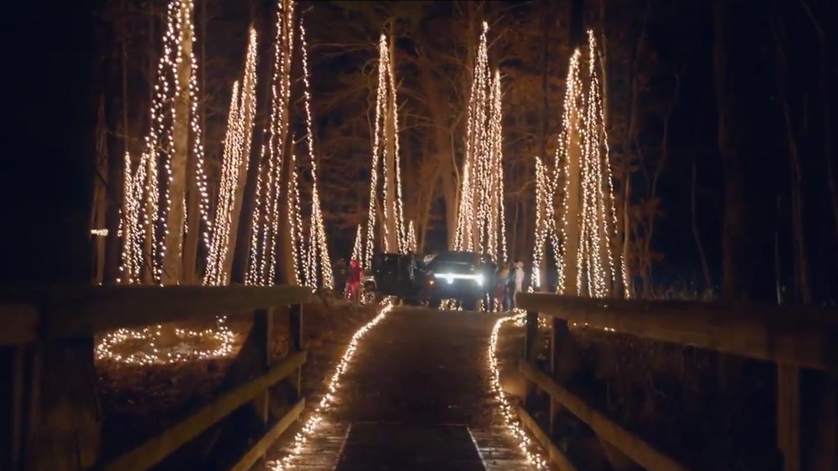 От пикапа Rivian R1T запитали новогоднюю гирлянду из 20000 лампочек