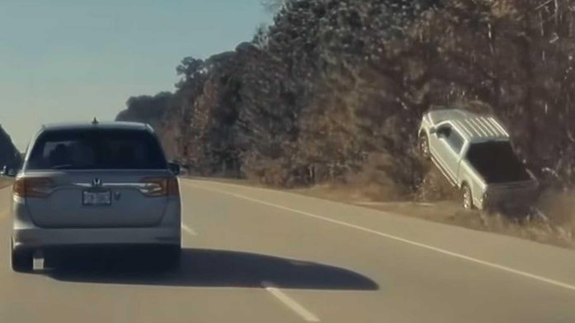 Бортовая камера Tesla запечатлела «полёт» пикапа