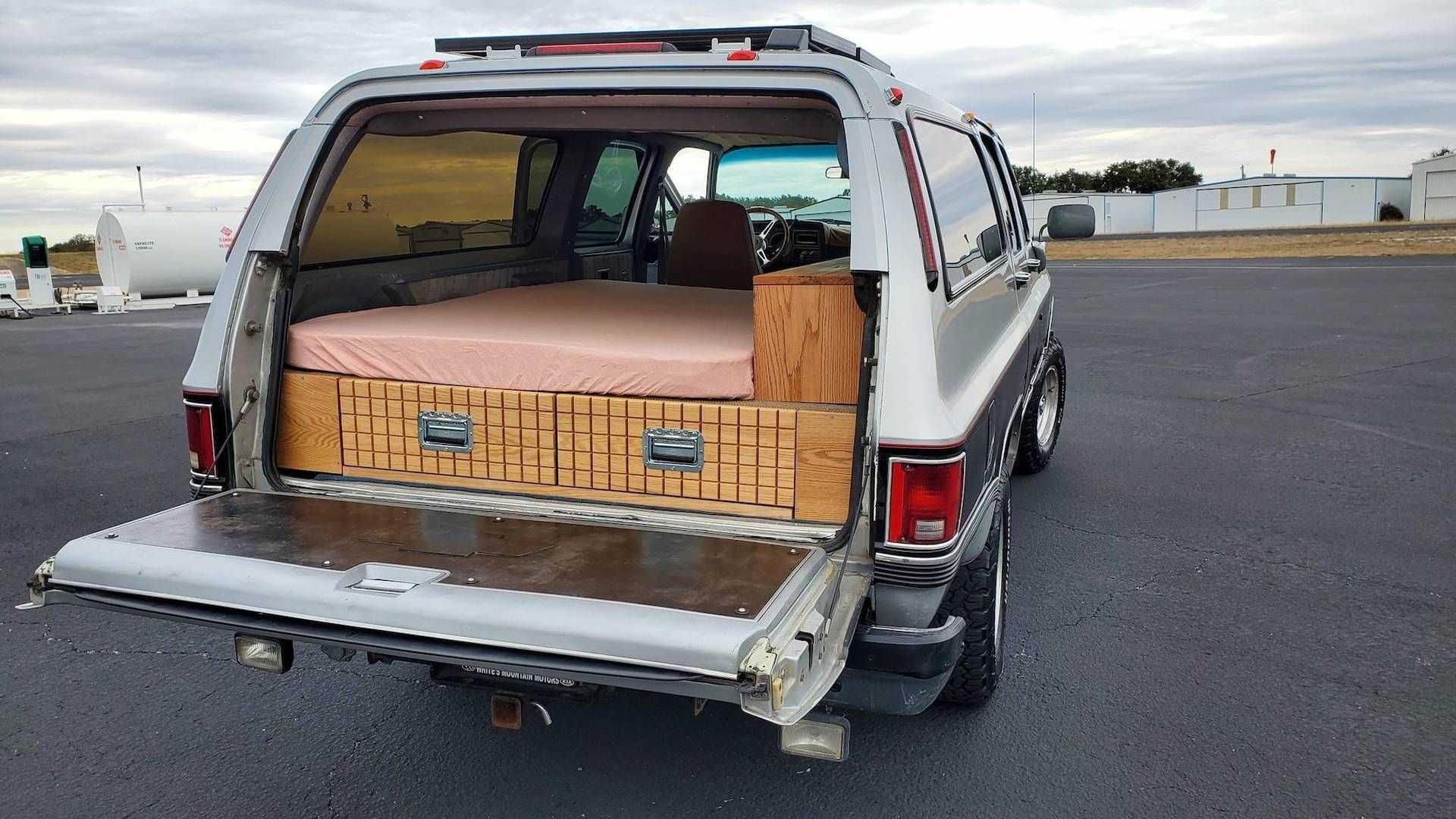 Старый Chevrolet Suburban скрытно превратили в автодом, а теперь продают по цене Lada Granta