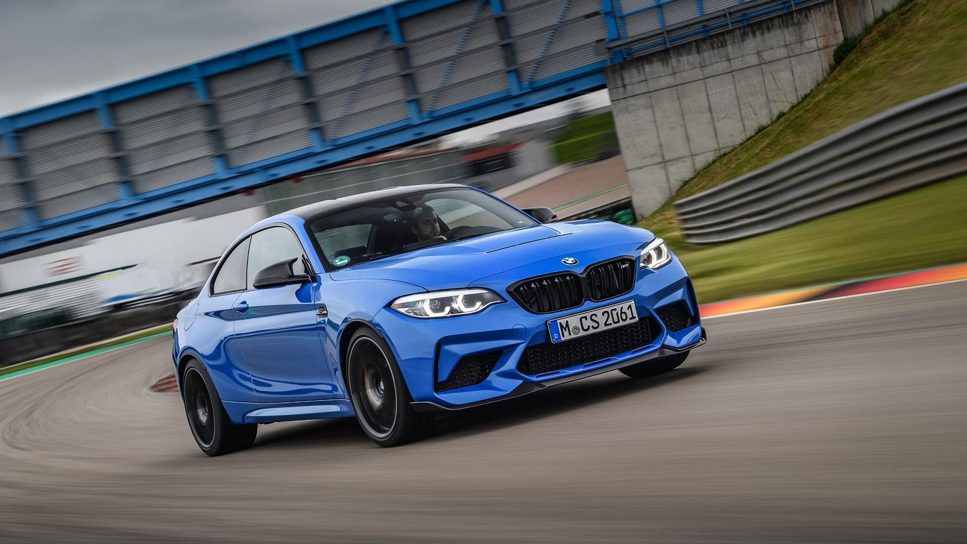 Фанаты раскритиковали BMW из-за новогоднего поздравления