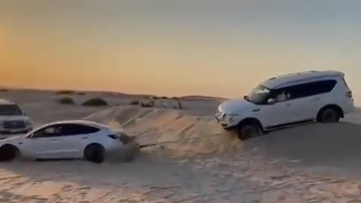Посмотрите, как Tesla Model 3 спасает застрявший Nissan Patrol