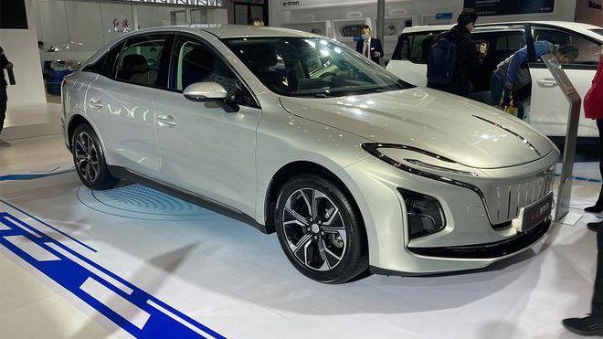 Китайцы представили роскошный седан с очень неудачным дизайном