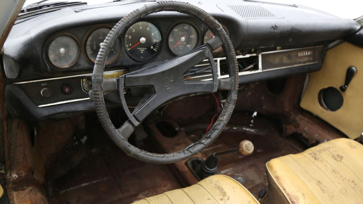 На продажу выставлен старый 911 в очень плохом состоянии, но он всё равно совсем не дешёвый